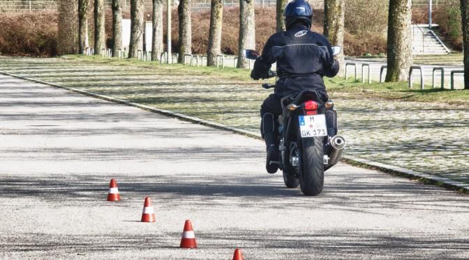 Grundfahraufgaben Motorrad: Der Schrittgeschwindigkeits-slalom